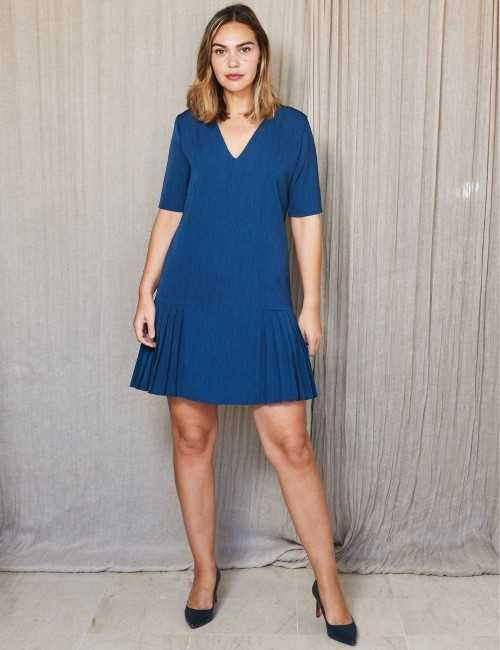 Robe bleue à plis