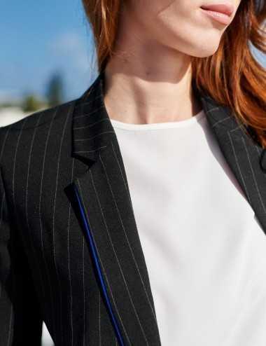 Veste droite rayée à biais bleu au col
