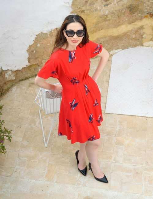 Robe rouge à fleurs avec manches tombantes